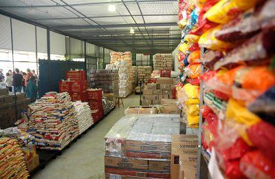 Bancos de alimentos distribuem doações a cidades do RS.